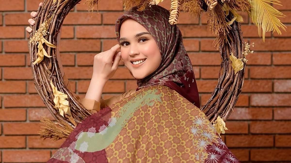 - Artis berhijab