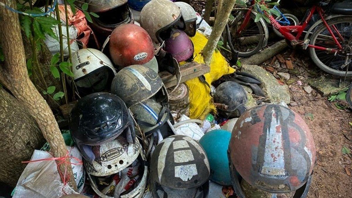 Koleksi Helm Bekas Kecelakaan