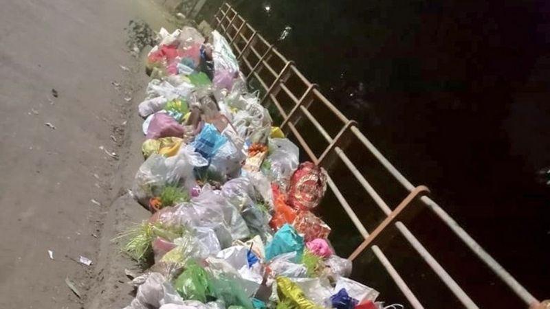Jembatan yang dipenuhi dengan sampah di India